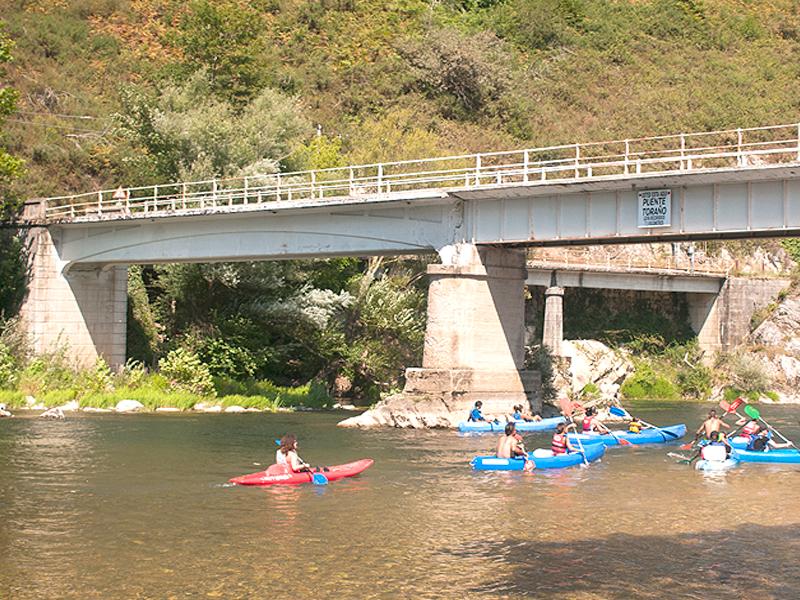 Actividad del Descenso del Sella en canoa en Arriondas